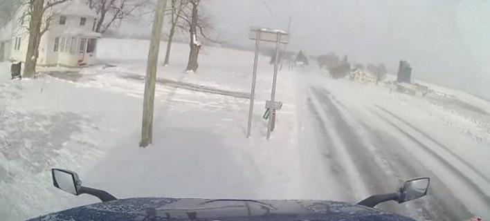 Οδήγηση σε πάγο και χιόνι -Πόσο εύκολα «διπλώνει» μια νταλίκα [βίντεο]