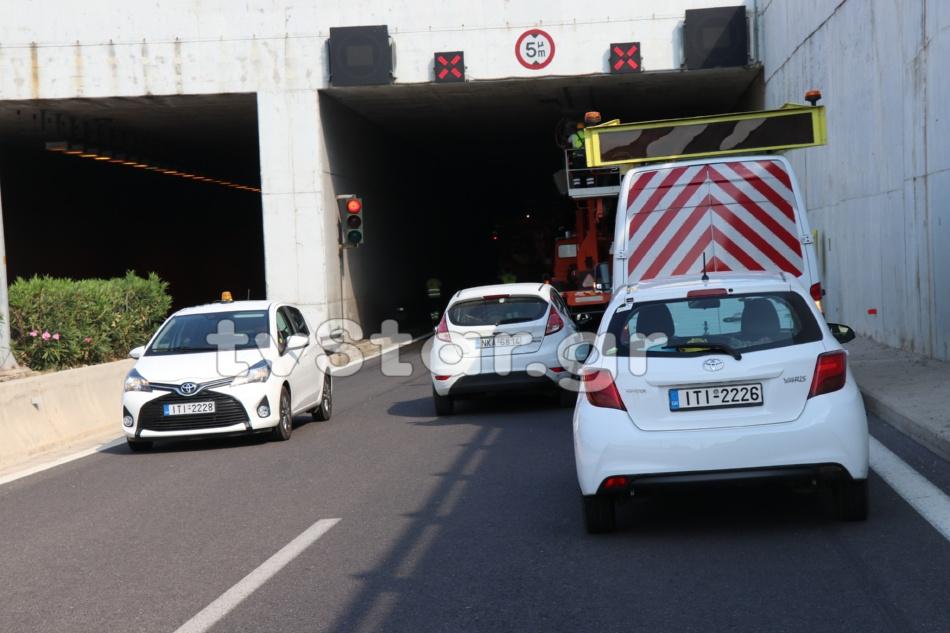 Φορτηγό ξήλωσε τα φώτα στη σήραγγα (Φωτογραφία: tvstar)