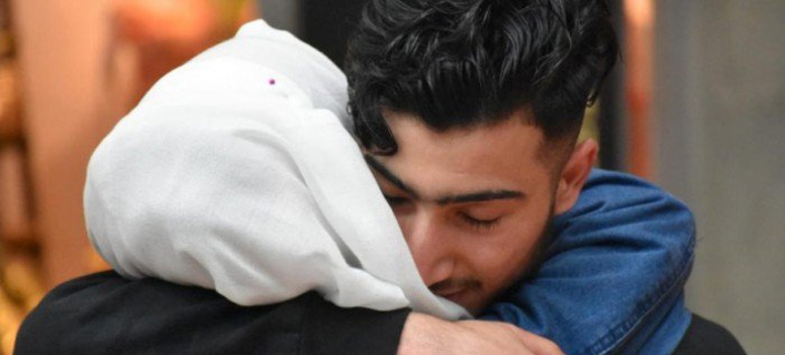 Οικογένεια από την Συρία σμίγει ξανά/ Φωτογραφία: Ο Numeir (δεξιά) σμίγει επιτέλους και πάλι με την οικογένειά του στο αεροδρόμιο. UNHCR/Chris Melzer