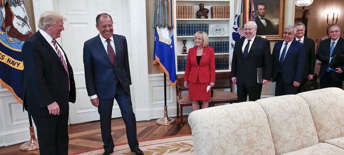 Τραμπ σε Λαβρόφ: Απέλυσα τον Κόμεϊ γιατί πιεζόμουν -Ηταν τρελός για δέσιμο