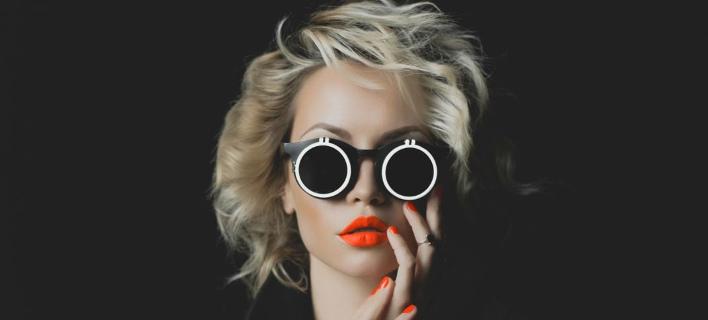 Moντέλο ποζάρει στο φακό/ Φωτογραφία: Shutterstock