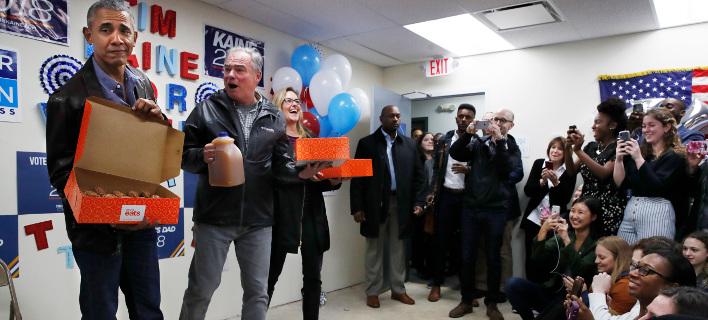 Ο Μπαράκ Ομπάμα μοίρασε ντόνατς. Φωτογραφία: AP