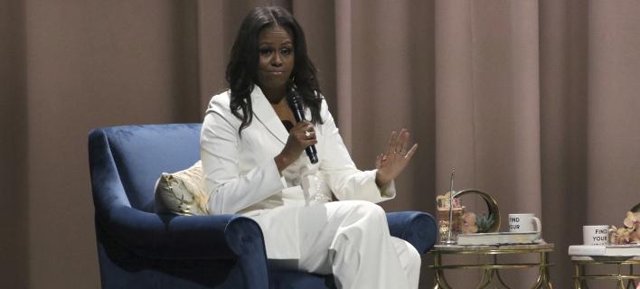 Ξεπουλάει το βιβλίο της Μισέλ Ομπάμα/ Φωτογραφία: AP- Willy Sanjuan