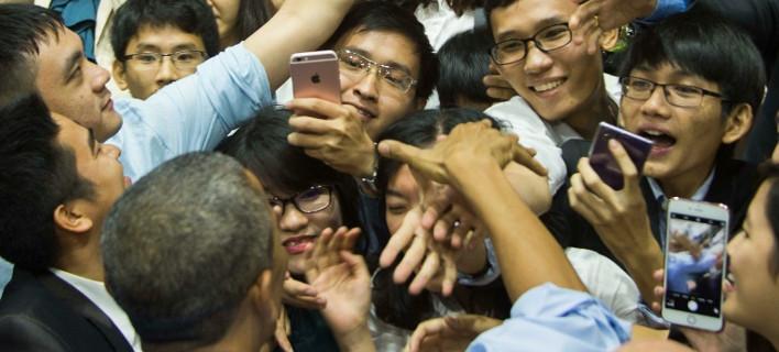 O Oμπάμα ξετρέλανε το Βιετνάμ -Τον αγάπησαν, του τραγούδησαν και ραπ [βίντεο]