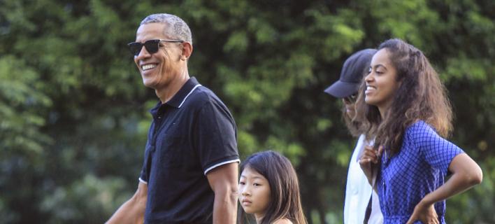 Ο Ομπάμα δυσκολεύτηκε να αποχωριστεί την Μαλία (Φωτογραφία: AP/ Slamet Riyadi)