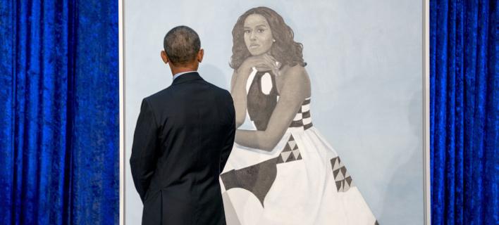 Ο Μπαράκ Ομπάμα θαυμάζει το πορτραίτο της συζύγου του (Φωτογραφία: AP/ Andrew Harnik)