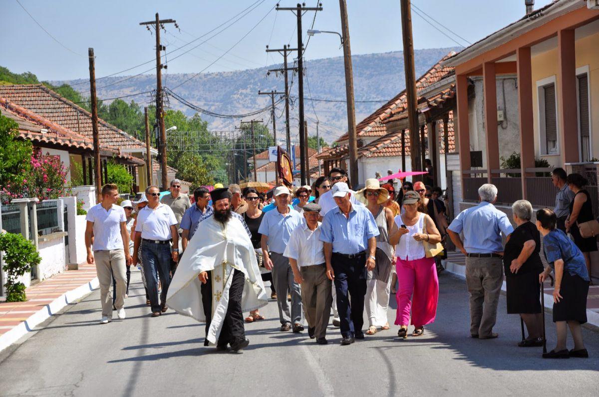 Η εικόνα μεταφερομένη στις πλάτες των πιστών, πήρε σήμερα το δρόμο για την Οιχαλία