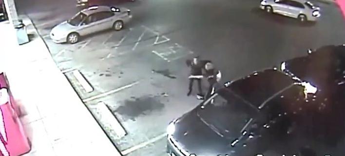 Εξαλλος οδηγός επιτέθηκε σε γυναίκα -Την έριξε κάτω, της έσπασε το κινητό [βίντεο]