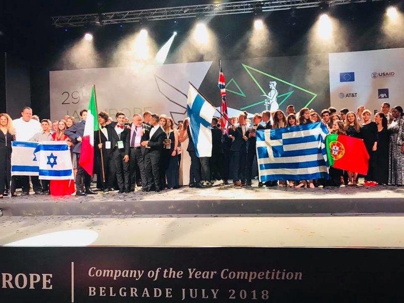 Οι εννέα νικήτριες ομάδες στη σκηνή