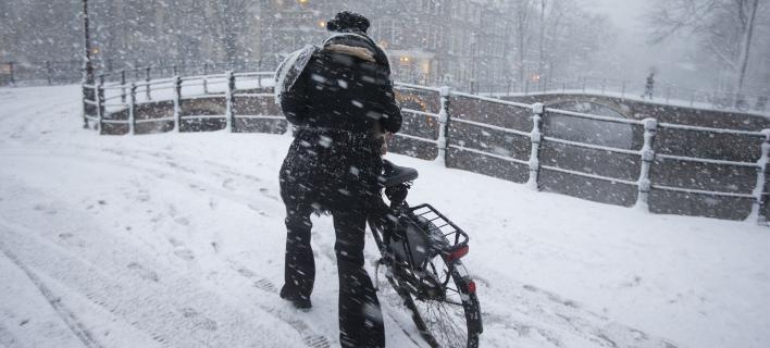 Σε κλοιό χιονιά η Ολλανδία: Ακυρώθηκαν εκατοντάδες πτήσεις, έκλεισαν σχολεία κι ένα αεροδρόμιο