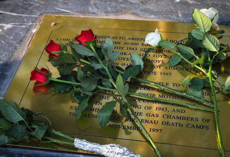 Λουλούδια στο Μνημείο Ολοκαυτώματος στην Θεσσαλονίκη/ Φωτογραφία Eurokinissi