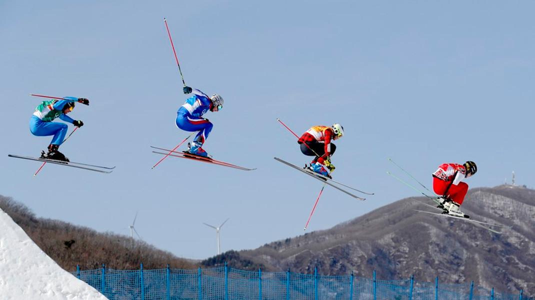 Ιπτάμενοι σκιέρ στους χειμερινούς Ολυμπιακούς Αγώνες της ΠΙονγκγιάνγκ -Φωτογραφία: EPA/SERGEI ILNITSKY
