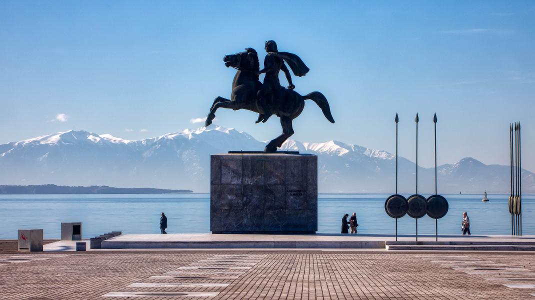 Ο Μεγαλέξανδρος, ο Θερμαϊκός και στο βάθος ο χιονισμένος Ολυμπος -Φωτογραφία: ΜΟΤΙΟΝΤΕΑΜ/ΒΕΡΒΕΡΙΔΗΣ ΒΑΣΙΛΗΣ