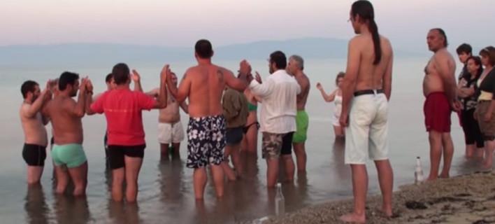 Η ορκωμοσία οπαδών του Σώρρα μέσα στη θάλασσα -Από τα καφενεία και τους ναούς στην παραλία [βίντεο]