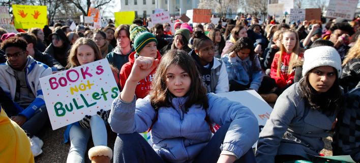 «Βιβλία, όχι όπλα» -Μαθητές διαδήλωσαν στις ΗΠΑ κατά της οπλοκατοχής (Φωτογραφία: AP Photo/Carolyn Kaster)