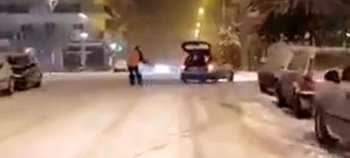 Φωτογραφία: Ανδρας κάνει σκι στους δρόμους της Ορεστιάδας