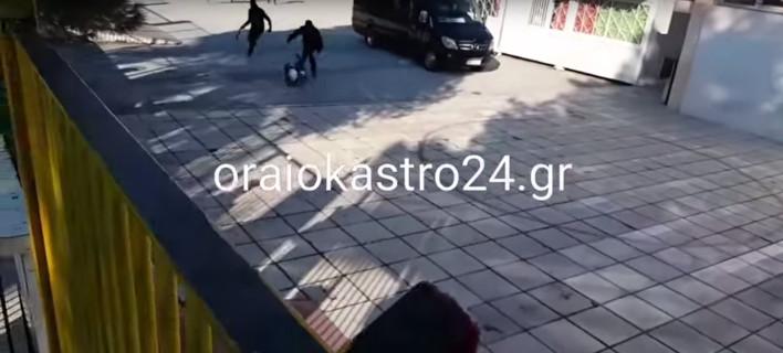 Αγριο ξύλο έξω από το σχολείο στο Ωραιόκαστρο: 6 αντιεξουσιαστές χτυπούν αλύπητα ακροδεξιό [βίντεο]