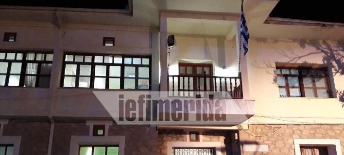 Φωταγωγήθηκαν τα δημοτικά κτίρια της Ορεστιάδας για την απελευθέρωση των στρατιωτικών