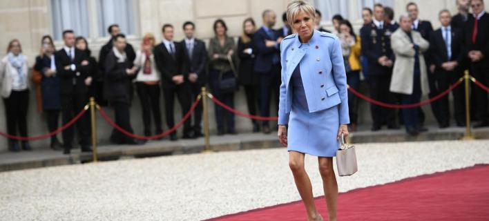 Ντυμένη όλη στα Louis Vuitton η Μπριζίτ Μακρόν για την ορκωμοσία του συζύγου της -Τι κόπιαρε από την Μελάνια Τραμπ [εικόνες]