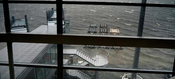 Λιμνοθάλασσα θυμίζει το πλημμυρισμένο αεροδρόμιο της Οζάκα (Φωτογραφία: ΑΡ)