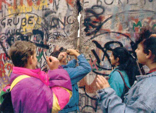 9 Νοεμβρίου 1989: Το Τείχος του Βερολίνου πέφτει, ενώνει την Ευρώπη και την αλλάζει για πάντα [εικόνες&βίντεο]   iefimerida.gr 3