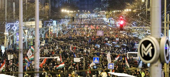 Διαδήλωση κατά του Ορμπαν στην Ουγγαρία (Φωτογραφία: Balazs Mohai/MTI via AP)