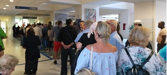Aπό νωρίς το πρωί, πολίτες περιμένουν στην ουρά στο Νοσοκομείο Βόλου για να κλείσουν ραντεβού με γιατρούς