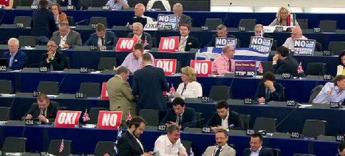 Διχάστηκε και το Eυρωκοινοβούλιο: Αλλοι φώναζαν «Οχι», άλλοι επιτέθηκαν στον Τσίπρα [εικόνες]