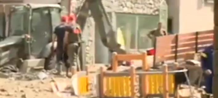 Οι φωνές της ρεπόρτερ «πάγωσαν» την ΕΡΤ -Κινδύνεψε να τραυματιστεί στον αέρα του δελτίου [βίντεο]