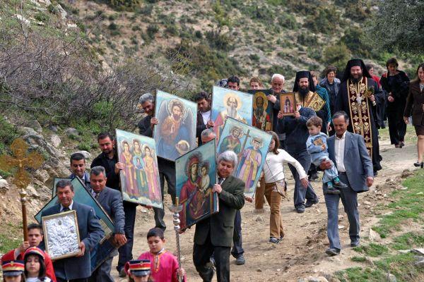 Το Πάσχα των Ελλήνων - Τα Μαζίδια, οι Κολλημάρες, οι Αυγομαχίες και η Ανάσταση σε νεκροταφεία [εικόνες]