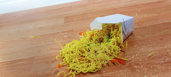 Ο κανόνας των 5 δευτερολέπτων: Γιατί είναι προτιμότερο να φας φαΐ από το χαλί και όχι από το πάτωμα [εικόνες]