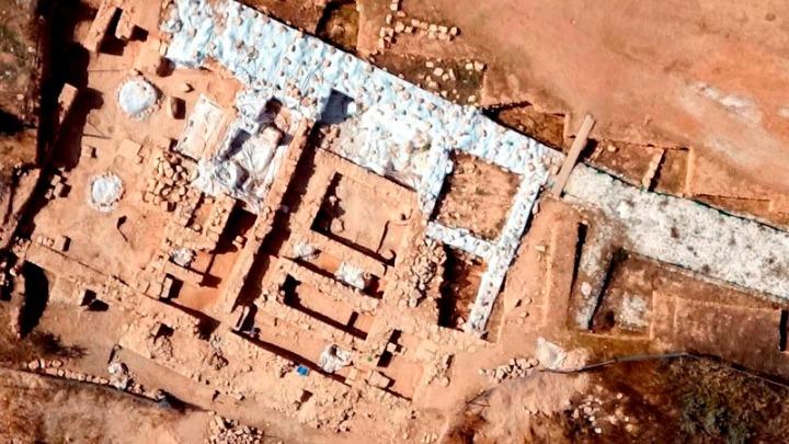 Εντοπίστηκε μεγάλος αριθμός θραυσμάτων που ανήκουν σε εγχώριους και εισηγμένους αμφορείς (κυρίως κρασιού), οι οποίοι φανερώνουν το εύρος των εμπορικών επαφών της Αρχαίας Πάφου