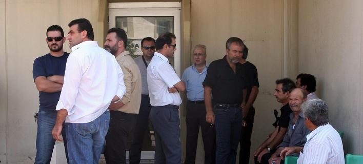 Συγγενείς ασθενών περιμένουν έξω από την είσοδο του ΠΑΓΝΗ / Φωτογραφία: ΑΠΕ