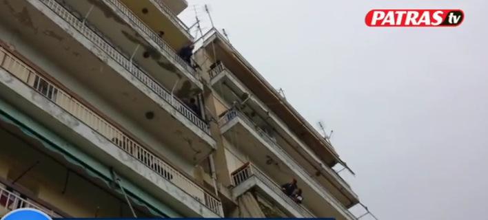 Πάτρα: Επιχείρηση απεγκλωβισμού 13χρονου από μπαλκόνι 4ου ορόφου [βίντεο]