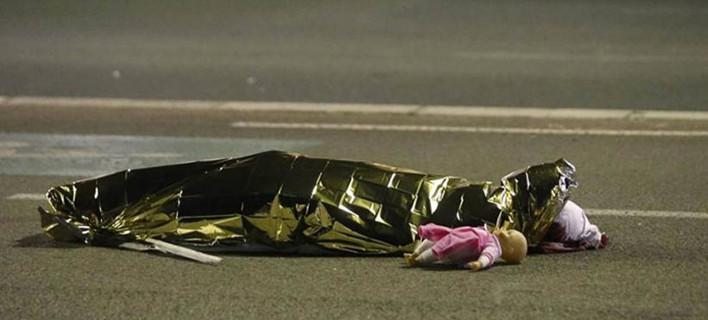 Η φωτογραφία από το μακελειό στη Νίκαια που σοκάρει τον πλανήτη -Το νεκρό κορίτσι με την κούκλα του [εικόνα]