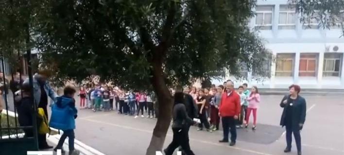 Μαθητές υποδέχθηκαν με χειροκρότημα τα προσφυγόπουλα στο σχολείο τους [βίντεο]