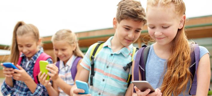 Γαλλία: Νομοσχέδιο απαγορεύει τα κινητά στις σχολικές αίθουσες