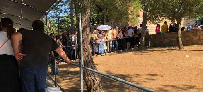 Πιστοί περιμένουν να προσκυνήσουν τον τάφο του Αγ. Παΐσιου (Φωτογραφία: life-events)