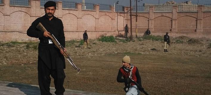 Ενοπλοι εισέβαλαν σε πανεπιστήμιο στο Πακιστάν -Τουλάχιστον 25 οι νεκροί [εικόνες]