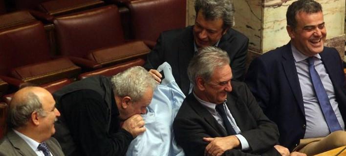 Η «Αυγή» κατηγορεί Ψαριανό και Τατσόπουλο για χυδαία σεξιστική συμπεριφορά επειδή μύριζαν το παλτό της Ραχήλ Μακρή