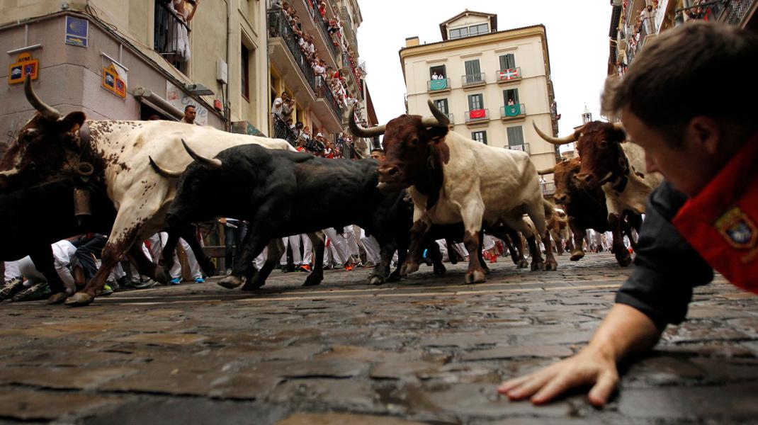 Τρόμος στην Παμπλόνα, βλέποντας τους ταύρους να πλησιάζουν -Φωτογραφία: AP Photo/Alvaro Barrientos