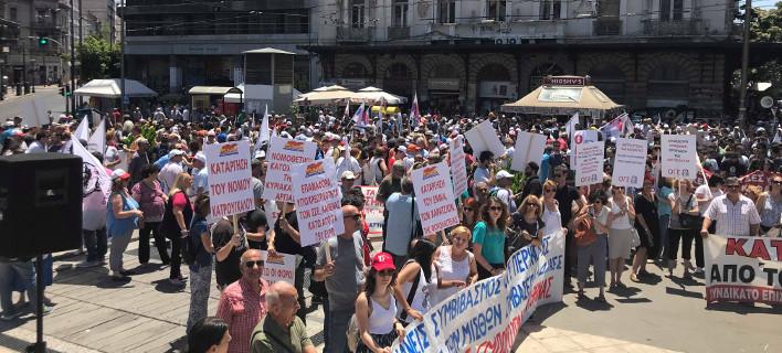 Πορεία στη Βουλή για το πολυνομοσχέδιο -«Οχι» στις περικοπές σε μισθούς και συντάξεις [εικόνες & βίντεο]