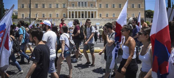 Συγκέντρωση έξω από την Βουλή από το ΠΑΜΕ- Οχι στις περικοπές του μνημονίου Τσίπρα