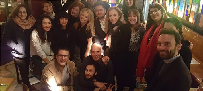 Η Πάμελα Αντερσον με μέλη του DiEM25 (Φωτο: Yanis Varoufakis/Twitter)