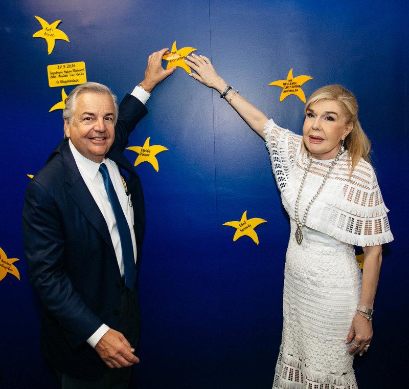 Η Μαριάννα Β. Βαρδινογιάννη με τον Πρόεδρο του Διοικητικού Συμβουλίου του «The Hellenic Initiative», κύριο George P. Stamas στον «Τοίχο των Αστεριών» της «ΕΛΠΙΔΑΣ»