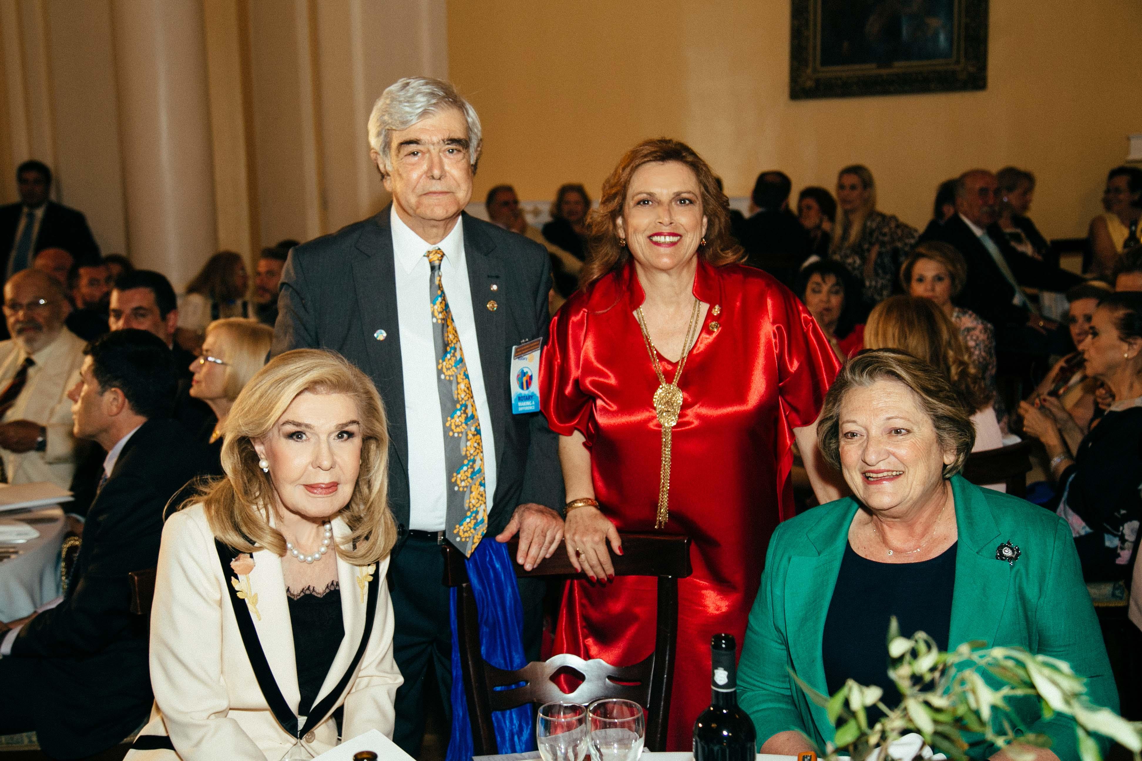 Οι κυρίες Μαριάννα Β. Βαρδινογιάννη και Σίσσυ Παυλοπούλου με τον Διοικητή της 2470 περ. Διεθνούς Ρόταρυ καθ. Χρήστο Κίτσο και την Προέδρο ομίλου Ντίντα Μανώλη