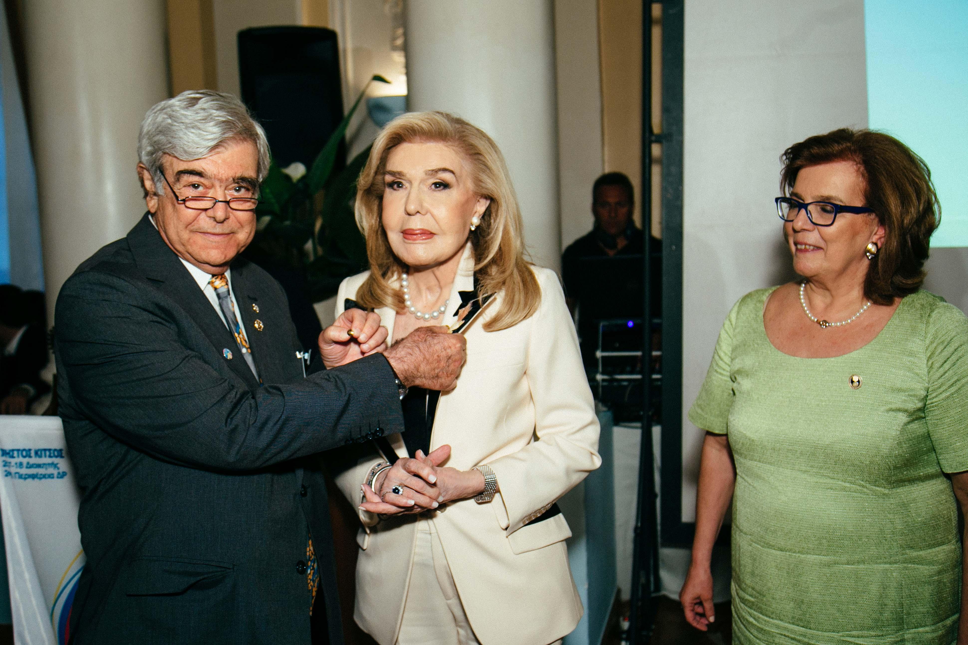 """Η κυρία Μαριάννα Β. Βαρδινογιάννη τιμήθηκε με τον τίτλο της """"Benefactor"""" από τον καθηγητή Χρήστο Κίτσο"""