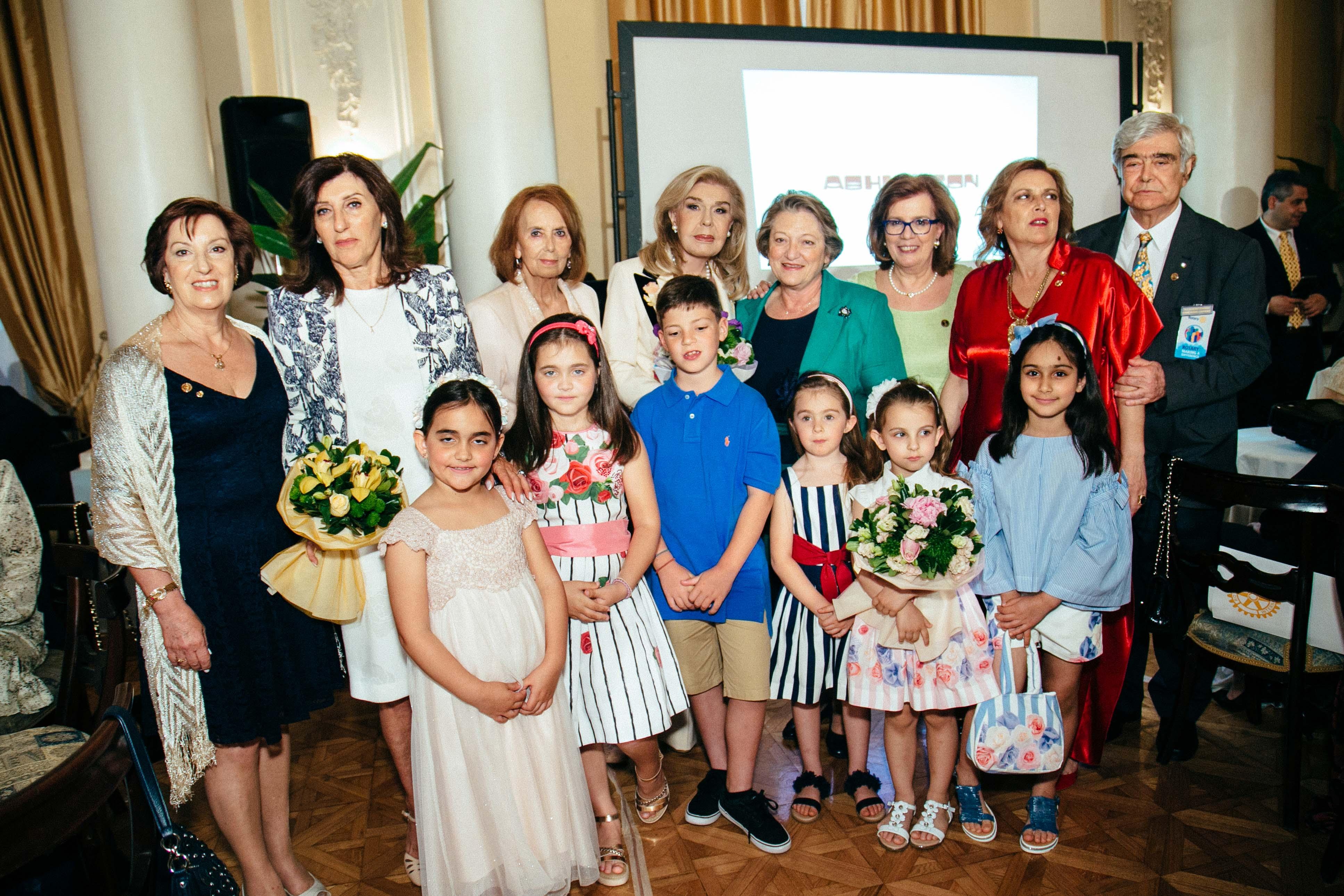 Ο Διοικητής 2470 περ. Δ.Ρ. Χρήστος Κίτσος μαζί με την κυρία Μαριάννα Β. Βαρδινογιάννη και τη σύζυγο του Προέδρου της Δημοκρατίας κυρία Σίσσυ Παυλοπούλου, την Προδιοικητή Μάρη Δεληβοριά, τη Βοηθό Διοικητή Ασπασία Καλλιέρου, την Προέδρο ομίλου Ντίντα Μανώλη , τη σύζυγο του Διοικητή Χρήστου Κίτσου, Άγλα και τη σύζυγο του ΑΓΕΕΘΑ Ναυάρχου Ευάγγελου Αποστολάκη , κυρία Δέσποινα Μαγγελάκη