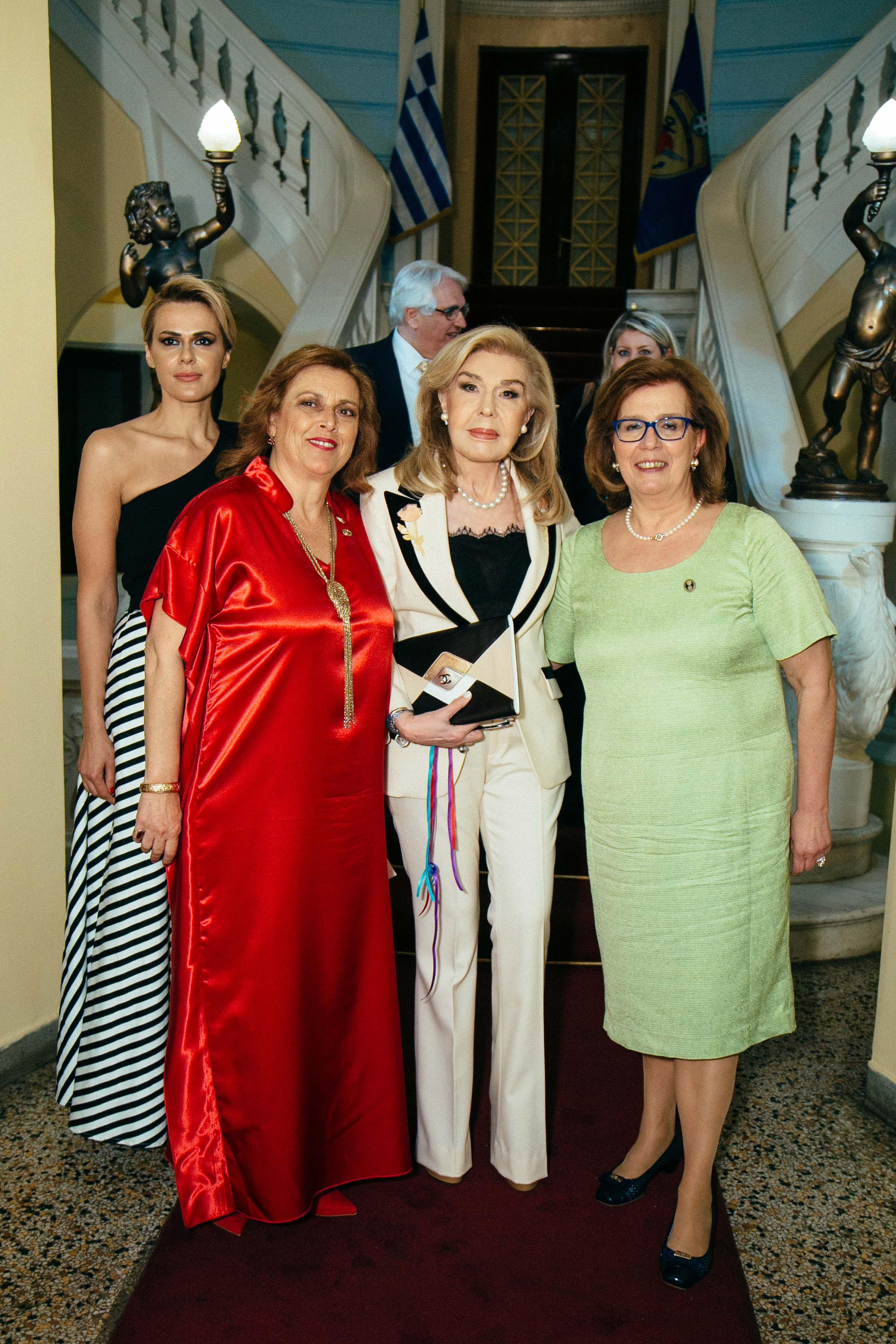 Η κυρία Μαριάννα Β. Βαρδινογιάννη με τις κυρίες Μαρία Ροδακάκη, Ντίντα Μανώλη και Μάρη Δεληβοριά