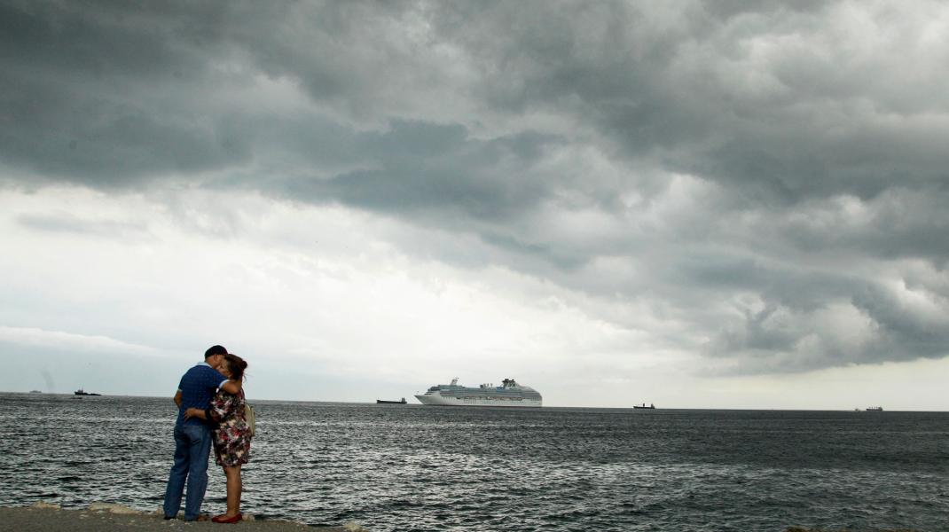 Τρυφερό τετ α τετ στον βροχερό Παναμά -Φωτογραφία: AP Photo/Arnulfo Franco